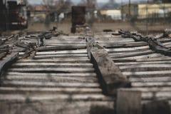 Старые деревянные клети в промышленном дворе через загородку звена цепи стоковое фото rf