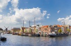 Старые деревянные корабли в центральных каналах Лейдена Стоковые Изображения