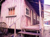 Старые деревянные лачуга и крылечко стоковые изображения