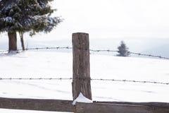 Старые деревянные обнести ландшафт зимы Стоковые Фотографии RF