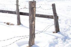 Старые деревянные обнести ландшафт зимы Стоковые Фото