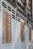 Старые деревянные окна на бетонных стенах Стоковые Изображения
