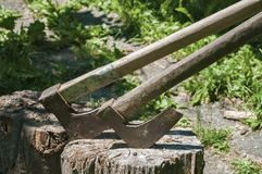 Старые деревянные оси на деревянном журнале Стоковая Фотография RF