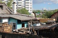 Старые деревянные руины домов получившиеся отказ в сибирском дворе деревни доск стоковое изображение rf