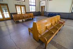 Старые деревянные скамьи в депо поезда Стоковое Фото