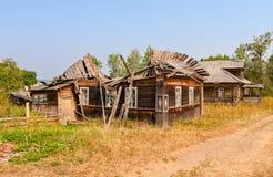 Старые деревянные сломанные дома в русском покинули деревню Стоковая Фотография RF