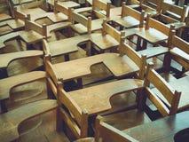 Старые деревянные стулья в школе, винтажные стулья лекции стоковое изображение rf