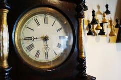 Старые деревянные часы с красивыми стрелками стоковые фотографии rf