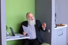Старые директор или заведущая бизнесмена высчитывают минимальное balanc Стоковые Изображения RF