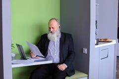 Старые директор или заведущая бизнесмена высчитывают минимальное balanc Стоковое Изображение