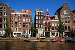 Старые дома вдоль канала в Амстердам Стоковые Изображения RF
