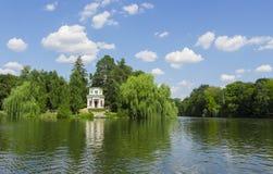 Старые дома и их отражение в воде стоковые фото