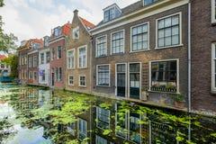 Старые дома канала с красивыми отражениями в воде в стоковые фотографии rf