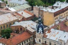 Старые дома кирпича с ржавыми крышами, взгляд сверху Риги, Латвии Стоковое Фото