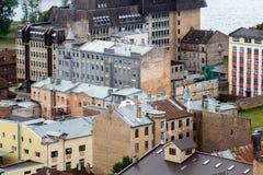 Старые дома кирпича с ржавыми крышами, взгляд сверху Риги, Латвии Стоковые Фотографии RF