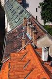 Старые дома крыли крыши черепицей в городке Братиславы старом Стоковые Фотографии RF