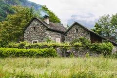 Старые дома на части долины maggia Швейцарии стоковое изображение