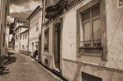 Старые дома с несенным гипсолитом на узком переулке стоковая фотография