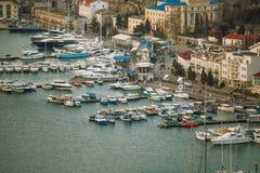 Старые европейские гавань или порт городка со шлюпками и яхтами Роскошные каникулы и концепция перемещения моря стоковые фотографии rf