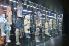 Старые египетские миниатюрные статуи в музее стоковые фотографии rf