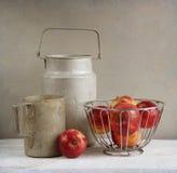 Старые деревенские алюминиевые cookwares и яблоки стоковые изображения
