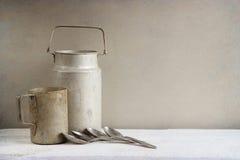Старые деревенские алюминиевые cookwares стоковые фотографии rf