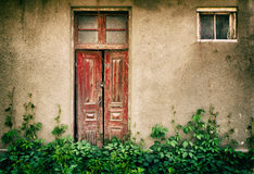 Старые деревянные двери и окна с заводом на стене Стоковые Изображения