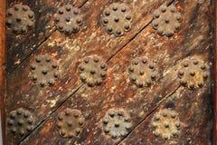 Старые деревянные двери с крупным планом украшений металла отображают Стоковые Фото