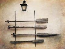 Старые деревянные весла на стене Ретро введенное в моду фото Стоковые Фото