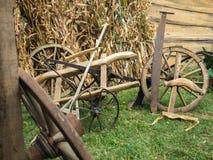 Старые деревянные колеса телеги на зеленой траве Стоковая Фотография