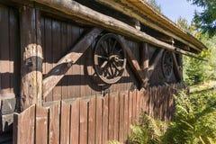 Старые деревянные колеса телеги с оправами металла Стоковое Изображение RF