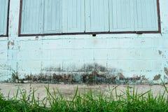Старые деревянные окна на белой стене Стоковые Изображения RF