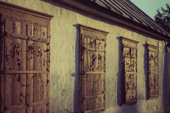 Старые деревянные окна на заходе солнца Стоковое фото RF