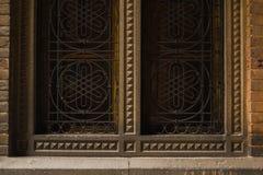 Старые деревянные окна с металлическими стержнями стоковая фотография rf