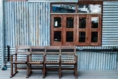 Старые деревянные стулья и окно красного дуба Стоковая Фотография RF