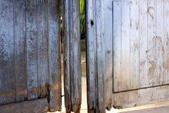 Старые деревянные сломанные двери Стоковые Изображения RF