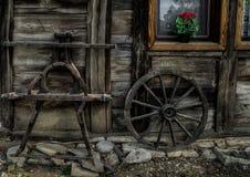 Старые деревянные части фуры стоя около дома на ферме Стоковое Фото