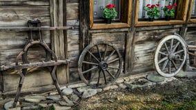 Старые деревянные части фуры стоя около дома Стоковые Изображения