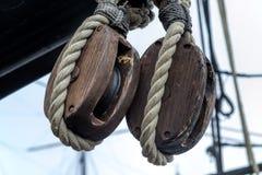 Старые деревянные шкивы и веревочка блока стоковая фотография rf