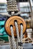 Старые деревянные шкивы парусника стоковые изображения rf