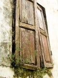 Старые деревянные штарки падая прикрепляют на петлях стоковые фотографии rf