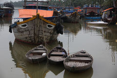 Старые деревянные шлюпки и корабли в канале в Азию Вьетнам Стоковые Изображения RF
