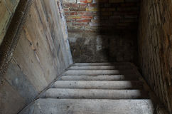 Старые лестницы водя путь вниз в погреб Стоковая Фотография