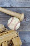 Старые детали бейсбола на деревенской древесине Стоковая Фотография RF