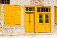 Старые желтые дверные рамы Стоковые Изображения