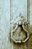 Старые железные Knockers двери на деревянных дверях Стоковая Фотография RF