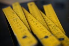 Старые желтые складывая сантиметры правителя метра измеряя стоковое фото rf