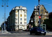 Старые жилые дома в Будапеште с крышами мансарды Дунаем стоковая фотография