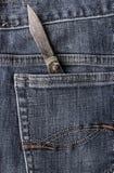 Старые джинсы карманн задней части ножа Стоковые Фотографии RF