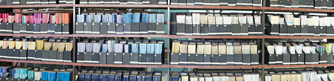 Старые журналы в библиотеке стоковая фотография rf